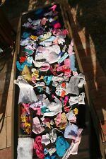 lot de vêtements et accessoires pour poupée Barbie