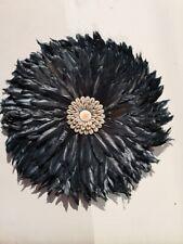 JUJU HAT 40 cm en plumes noires et coquillages blancs decoration murale boheme