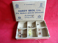 A VERY GOOD VINTAGE HARDY CARD FLY BOX WITH SOME FLIES (PRE 1937)