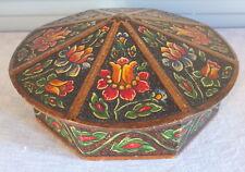 boite bois sculptée octogonale décor polychrome signée MB wood box