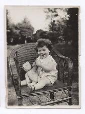 PHOTO ANCIENNE Enfant Petite Fille Ours en peluche Jeu Jouet 1930 Chaise Rotin