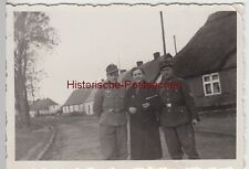 (f11482) ORIG. photo wehrmacht soldats et femme sur la route, petit endroit 1940e