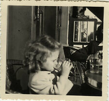 PHOTO ANCIENNE - VINTAGE SNAPSHOT - ENFANT FILLE PROFIL COIFFURE CAFÉ - GIRL