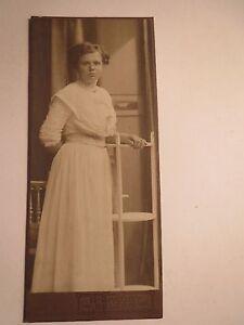 Uelzen - stehende junge Frau im Kleid - Portrait / CDV
