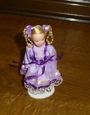 Mädchen im lila Kleid mit blonden Zöpfen -Miniatur 1:12