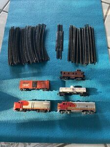 HO Scale Train Track And 5 Train Cars Lot 35 Track Pieces