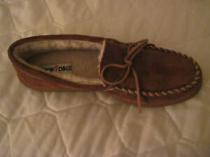 MINNETONKA SUEDE PILE LINED MOCCASINS - BROWN - MENS 9 M (Medium)
