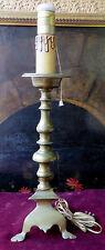 Un antico candeliere in bronzo in stile Luigi XIV