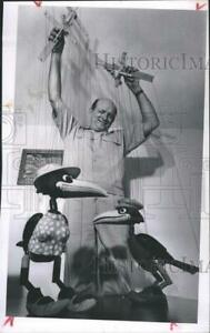 1967 Press Photo David Hutchens, a puppeteer with a duo of crows - RSH39203