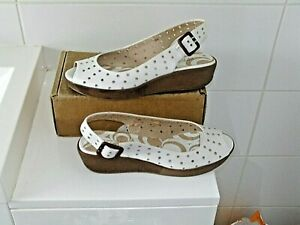 """KENNETH COLE White Leather wedged approx 1""""Peep toe SLING BACKS Buckled fastner"""