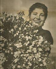 K0328 Donna sorridente con fascio di garofani - Immagine fotografica (Biagini)