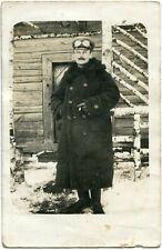 Orig. Foto-AK Rußland /RUSSLAND Soldat vor Holzhaus Schnee März 1917