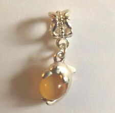 pendentif argenté dauphin perle oeil de chat jaune orangé