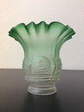 Tulipe verre moulé dépoli coloré vert à décor de style Empire début XXème