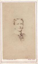 Photo carte de visite : C.D.Fredricks et Cie ; Portrait d'une dame, vers 1868