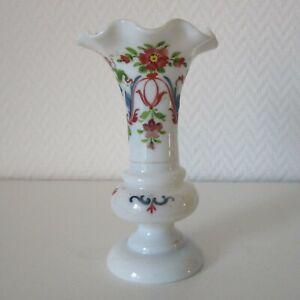 Kleine Biedermeier Milchglas Vase mit floralem Dekor 14,5 cm hoch
