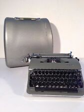 VINTAGE 1961 OLYMPIA DE LUXE PORTABLE TYPEWRITER SM3 WITH CASE OLIVE GREEN