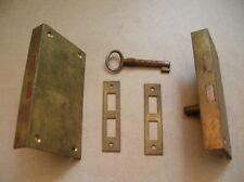 Lot de 2 anciennes serrures en laiton et une clé de 11 cm x 6 cm lot n°4