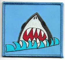 """3 """" Cartoon Grand Blanc Shark Avec Mâchoires Et Vagues Patch Brodé"""