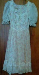 Gunne Sax Vintage 1970s-80s Prairie Dress Size 7 Ivory Pink Floral Lace Bodice