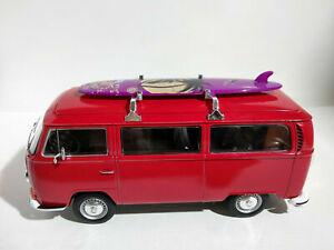 VW Bus Combi Volkswagen T2 avec surf 1/24eme longueur 17cm rouge
