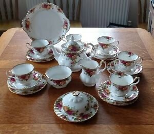 VINTAGE ROYAL ALBERT OLD COUNTRY ROSES    24 PIECE TEA SET . VERY GOOD CONDITION