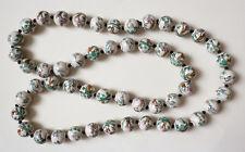 grand collier avec perles de porcelaine décor de plantes et d'animaux