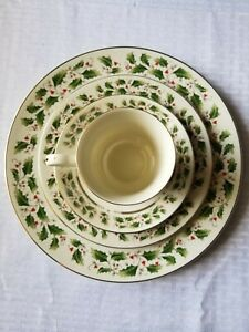 Royal Limited Holly Holiday 4 Piece Plate Setting