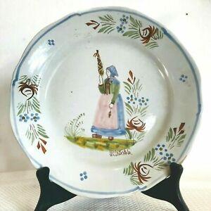 Assiette en faïence polychrome a décor de paysanne Bretonne marque G-B . XX sièc