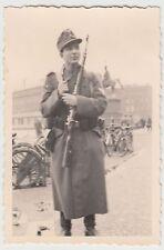 (F16932) Orig. Foto Hannover, Soldat vor Ernst-August-Denkmal 1943-45