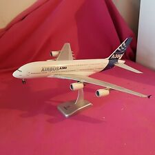 Belle  maquette  1/200ème,  AIRBUS 380 sur son Socle , par LOGAN