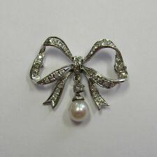 Aparte Schleifen Brosche aus 750 Weißgold mit Zuchtperle und Diamanten -252-2824