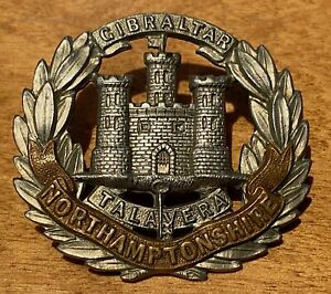 WW1 / WW2 British Army NORTHAMPTONSHIRE REGIMENT brass & WM cap badge - B40