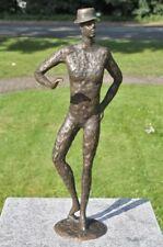 Bronzeskulptur, moderne Männerskulptur mit Hut, Dekoration für Haus und Garten