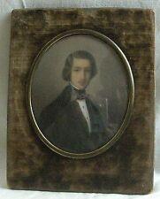 MINIATURE ovale représentant un portrait d'homme en redingote XIXè siècle