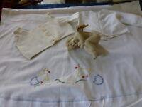 ,vintage , des années 50 drap de lit berceau brodé main et 2chemisettes poupon