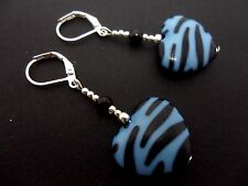 Un paio di pendaglio bianco e blu stampa Zebra cuore Leverback Gancio Orecchini. NUOVA.