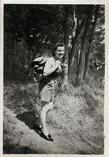 PHOTO ANCIENNE - VINTAGE SNAPSHOT - FEMME SAC À DOS RANDONNÉE - WOMAN WALKING