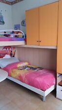 Cameretta a ponte bambini usata, due letti con scala di legno colore arancione