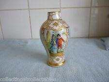 BEAUTIFUL ANTIQUE GILDED Dresde vase en porcelaine décorée avec cour couples