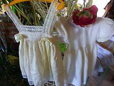 lot2robes blanches pour bébé ou poupée ancienne40-45cm =une en soie et bon état
