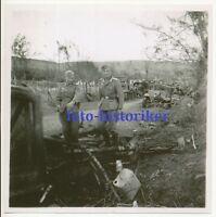 selt Archiv Foto: Kameraden bei zerstörte Kolonne LKW RSO Raupenschlepper Russl