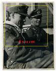 Foto 2.4.45 zwei Offiziere Abfahrt zur Erkundungsfahrt Tarn camo Endkampf Phase