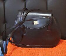 Markenlose Damentaschen mit zwei Trägern aus Leder