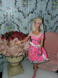 VINTAGE BARBIE DOLL 1975 LONG PLATINUM BLONDE  2 outfits and more