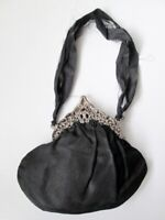 Antica borsetta da sera  con chiusura in metallo lavorato.