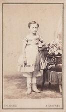 Photo carte de visite :  Enfant appuyé à un fauteuil , vers 1875