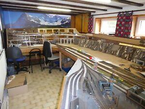 Modellbahnanlage HO im Rohbau mit Schienen, Weichen, Drehscheibe