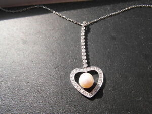 Q136 Ladies 18ct white gold Diamond and Pearl heart pendant necklace