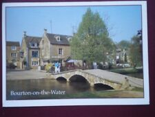 POSTCARD WORCESTERSHIRE BOURTON-ON-THE-WATER - VIEW ACROSS THE BRIDGE